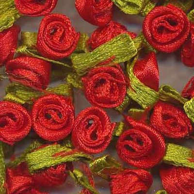 Satijnen roosjes op blad rood (ca. 100 stuks)